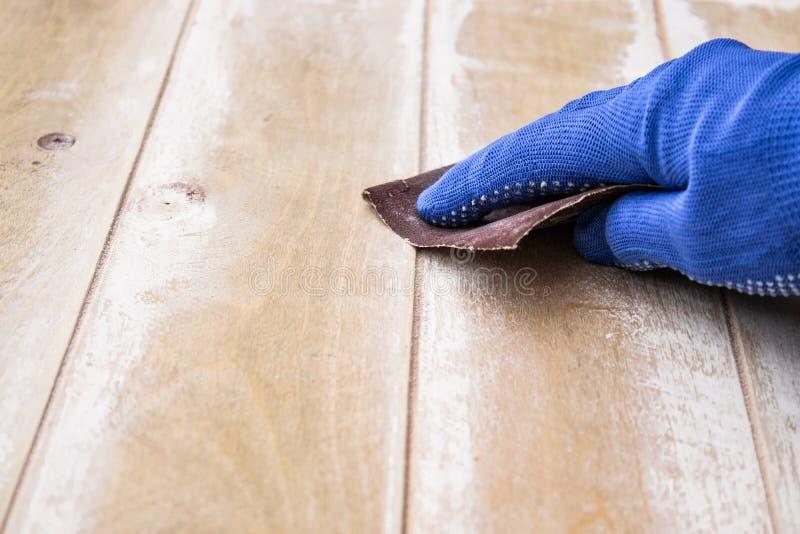 L'homme prépare la surface pour les mains de peinture et de meulage images stock