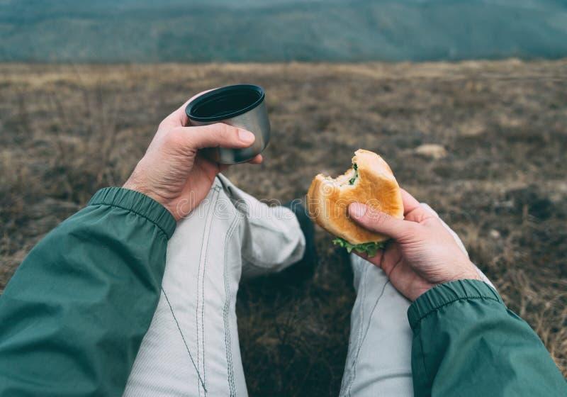 L'homme prennent le déjeuner sur la nature photo stock
