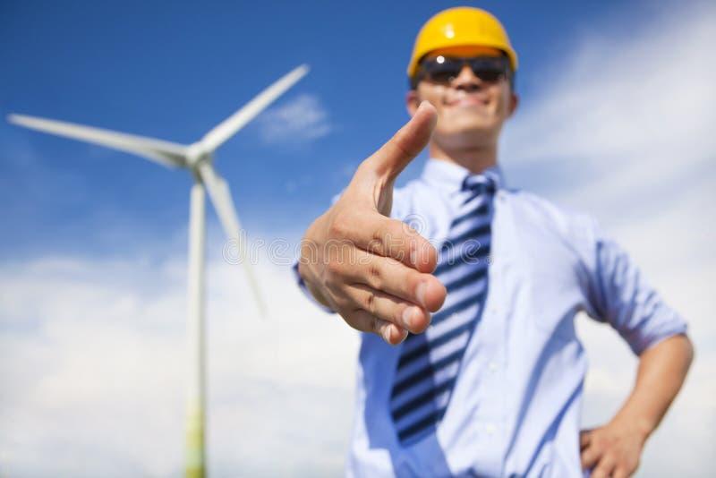 L'homme professionnel d'affaires coopèrent à faire le carburant d'énergie éolienne photo libre de droits