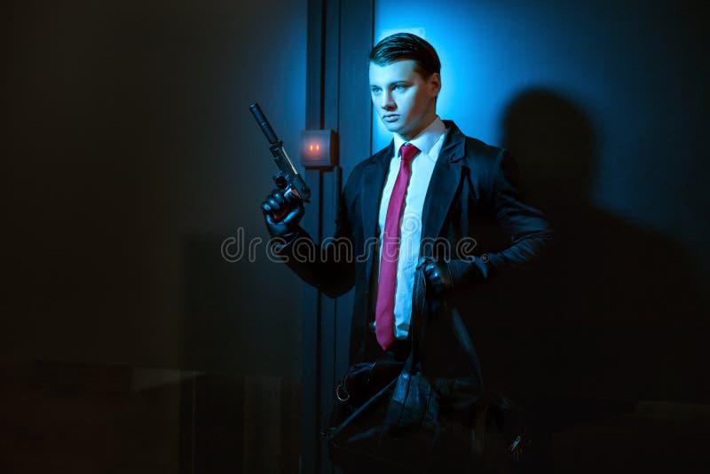 L'homme professionnel est un tueur image stock