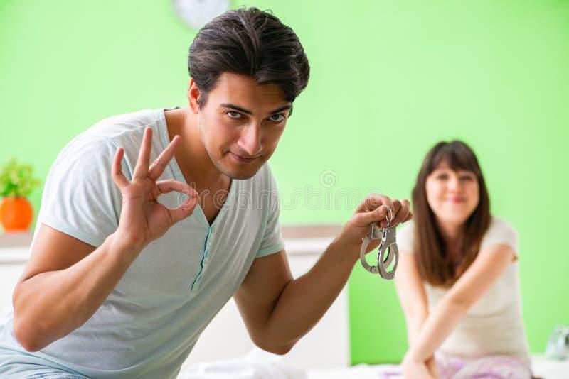 L'homme proposant l'épouse pour jouer les jeux sexuels avec des manchettes photographie stock libre de droits