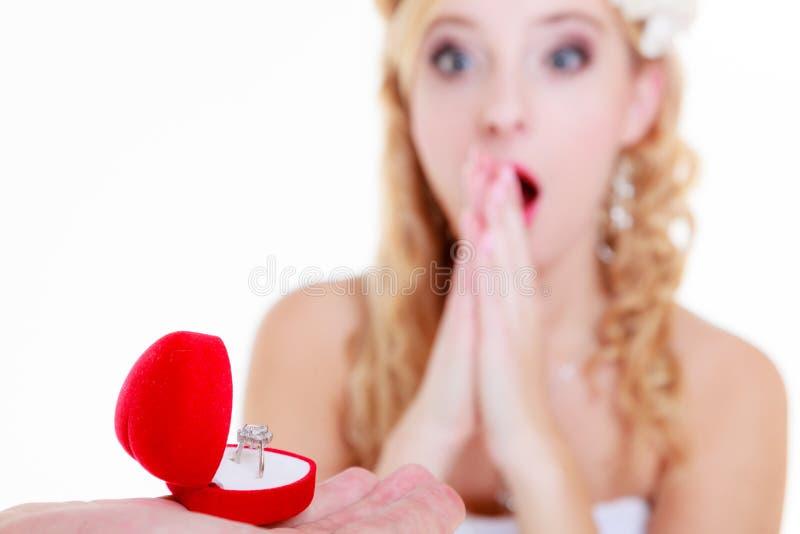 L'homme propose à la femme choquée photographie stock