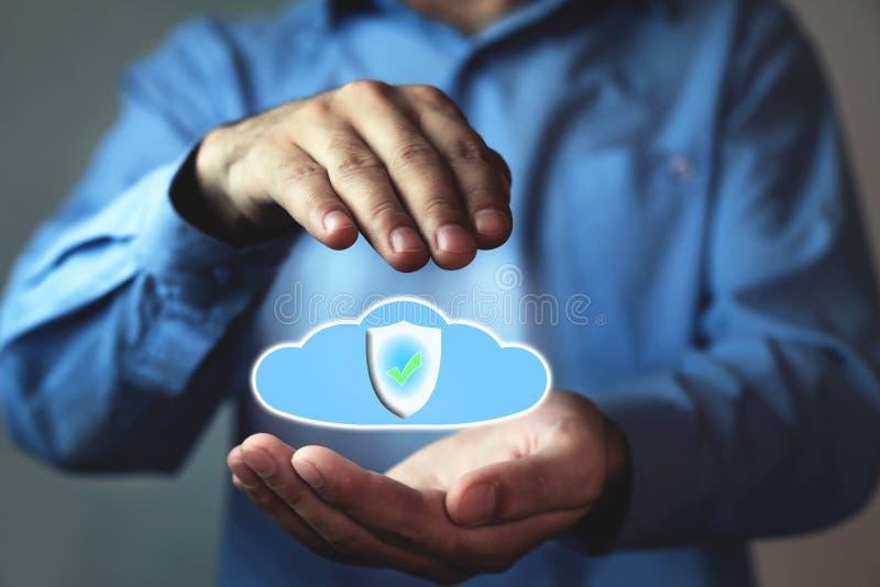 L'homme protègent un nuage de données Protection des données de l'information de nuage image stock