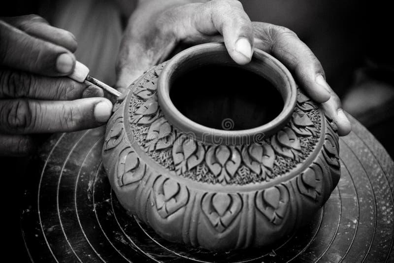 L'homme que les mains effectuent le potier inflige une configuration décorative images stock