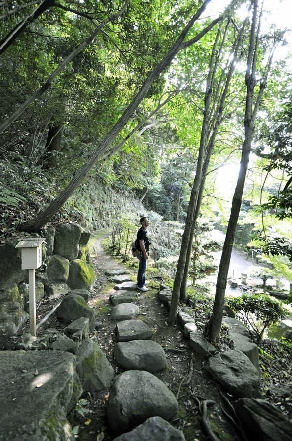 L'homme qui marche le chemin de montagne du temple du Japon photos stock