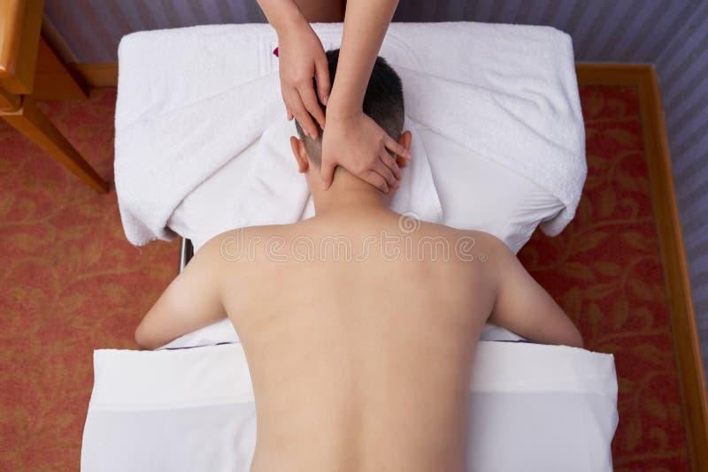 L'homme récupère le massage photo libre de droits