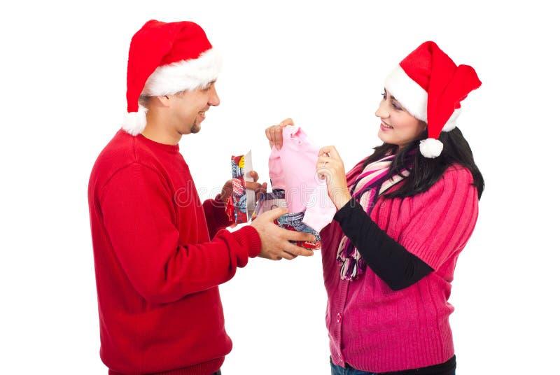 L'homme reçoivent un cadeau étonnant de Noël de son épouse photographie stock libre de droits