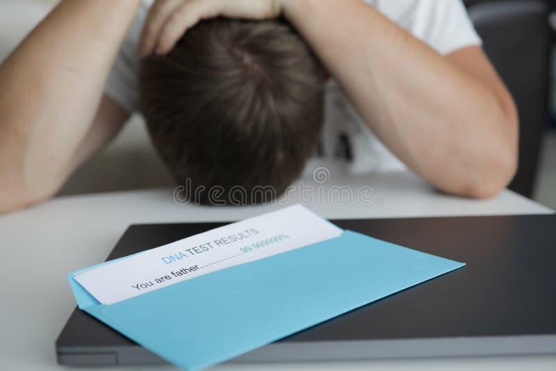 L'homme a reçu la lettre dans l'enveloppe avec de l'ADN photo stock