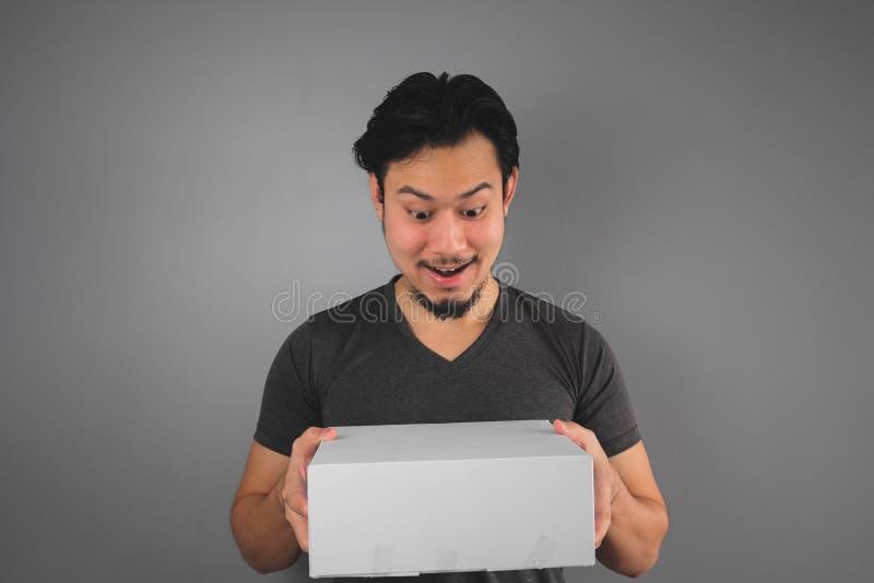 L'homme a reçu sa boîte photo stock