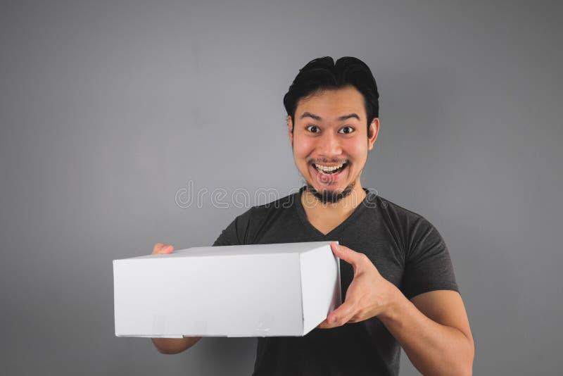 L'homme a reçu sa boîte image libre de droits