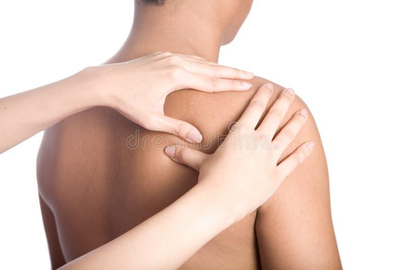 L'homme recevant le massage desserrent en fonction de l'épaule photo stock