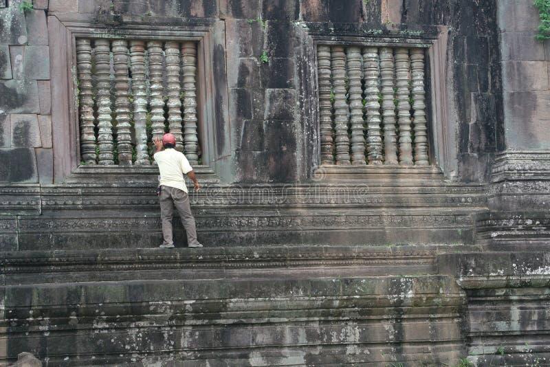 L'homme reconstitue le temple antique de Wat Phu dans Champasak, Laos image libre de droits