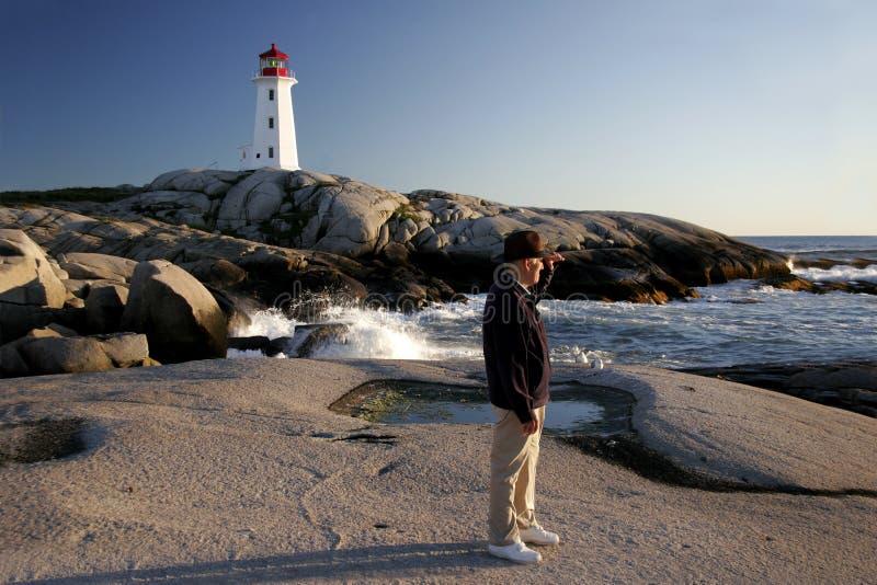 L'homme regarde la mer à la crique de Peggys photos stock