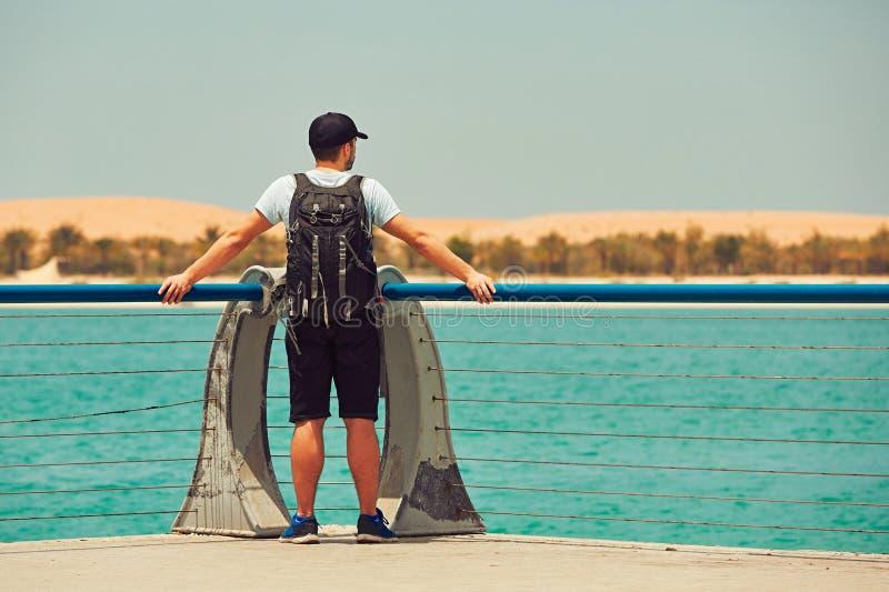 L'homme regarde la mer photographie stock