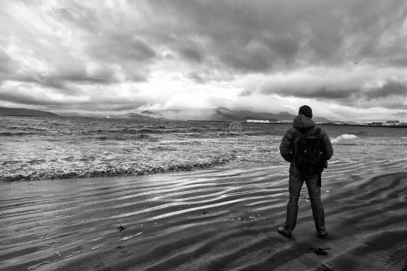 L'homme regarde sur l'horizon avec le paysage marin de reykjavik en Islande futur concept de buts Amants de nature Déplacement et photos stock