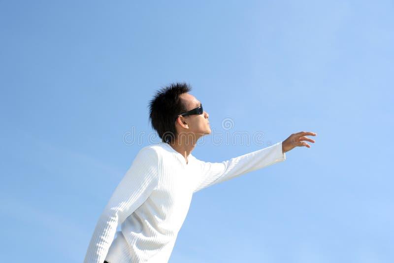 L'homme regardent vers le haut le jour chaud photographie stock