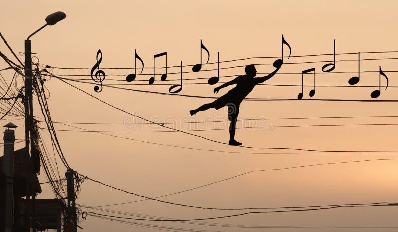 L'homme repose les notes musicales photos libres de droits