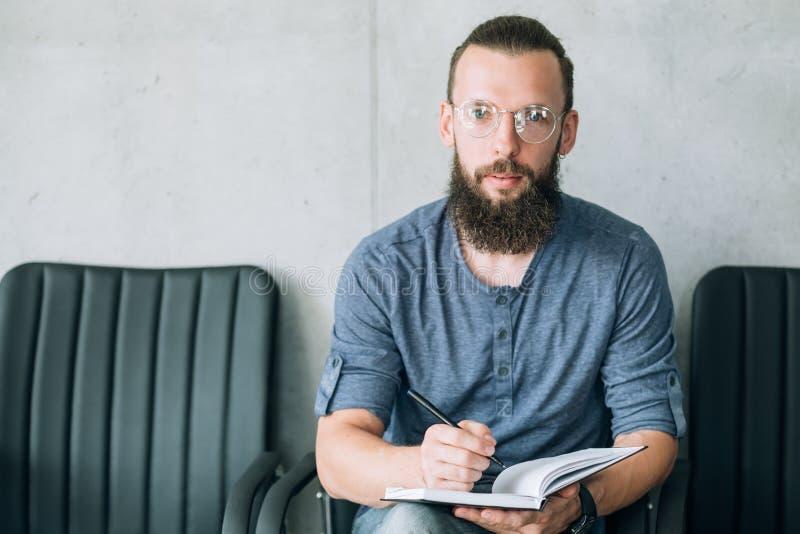 L'homme reposent la location vide du travail d'entrevue de chaises de rangée photographie stock libre de droits