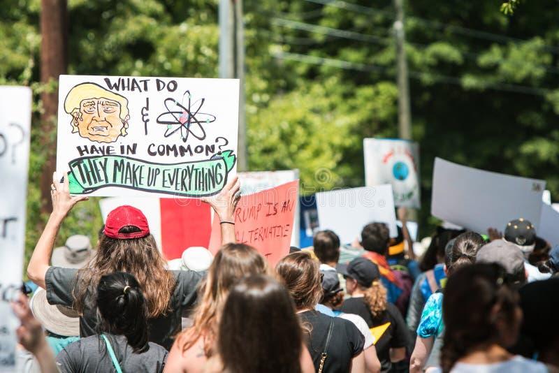 L'homme retarde le signe drôle à Atlanta mars pour la Science photographie stock