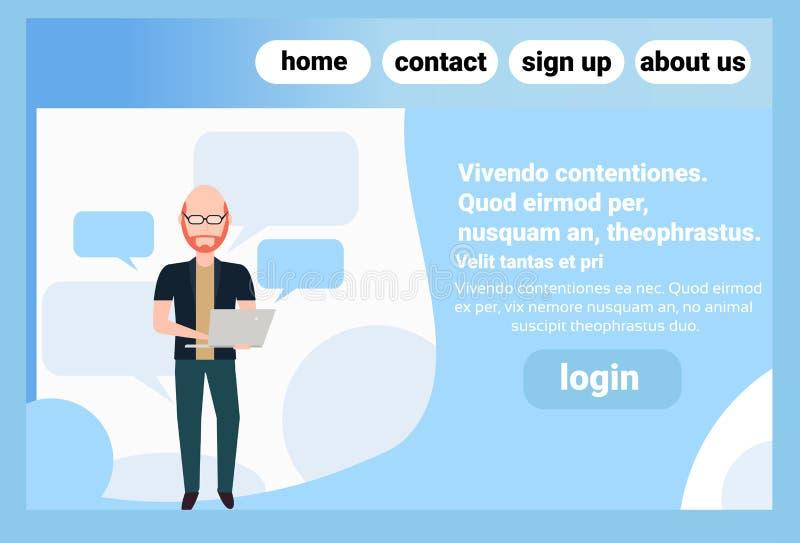 L'homme roux utilisant la position de bulle de causerie d'ordinateur portable posent l'espace masculin principal chauve de copie  illustration stock
