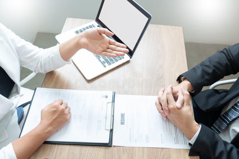 L'homme sérieux a une réunion d'affaires lisant un résumé au sujet de décision de location pendant une entrevue d'emploi à la soc image stock