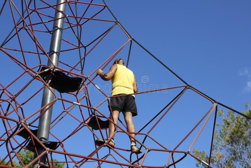 L'homme s'élève jusqu'au dessus d'un cadre de s'élever des enfants image stock