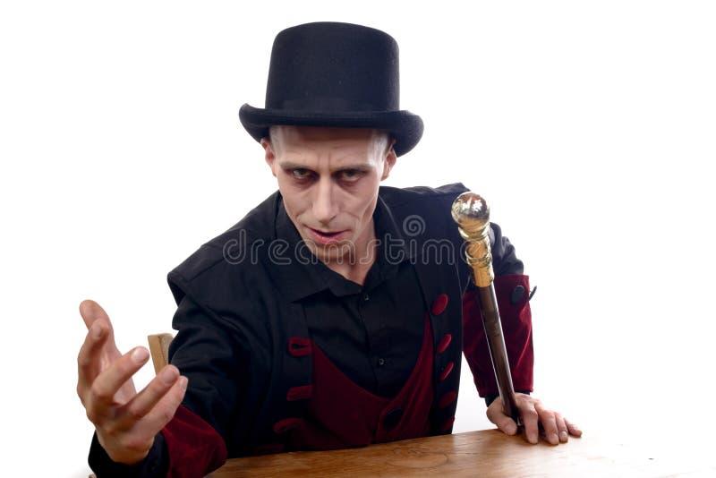 L'homme s'est habillé comme Dracula pour le Halloween photos stock