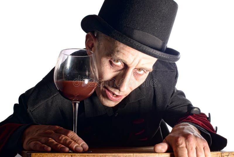 L'homme s'est habillé comme vampire pour le Halloween photos stock