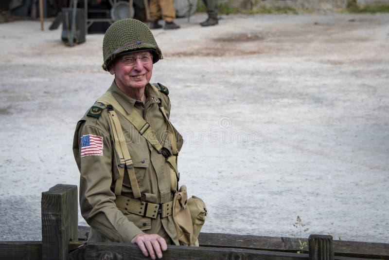 L'homme s'est habillé dans le milit de reconstitution d'uniforme de soldats de l'armée américaine de temps de guerre photo stock