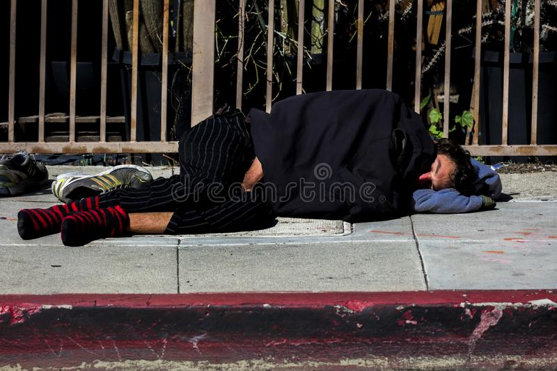 L'homme sans abri dort sur les rues de Hollywood, Los Angeles, CA photo libre de droits