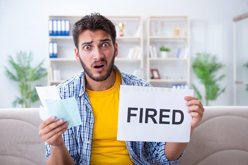 L'homme sans emploi frustré aux factures qu'il doit payer photographie stock libre de droits