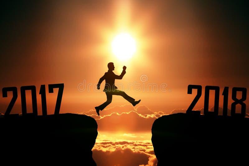 L'homme sautant à partir de 2017 à 2018 photographie stock