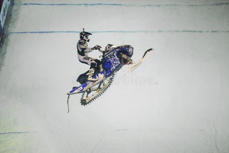 L'homme sautant sur le motoneige dans le ciel image stock