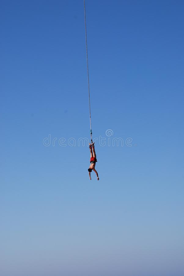 L'homme saute d'une grande taille, ropejumping photo stock