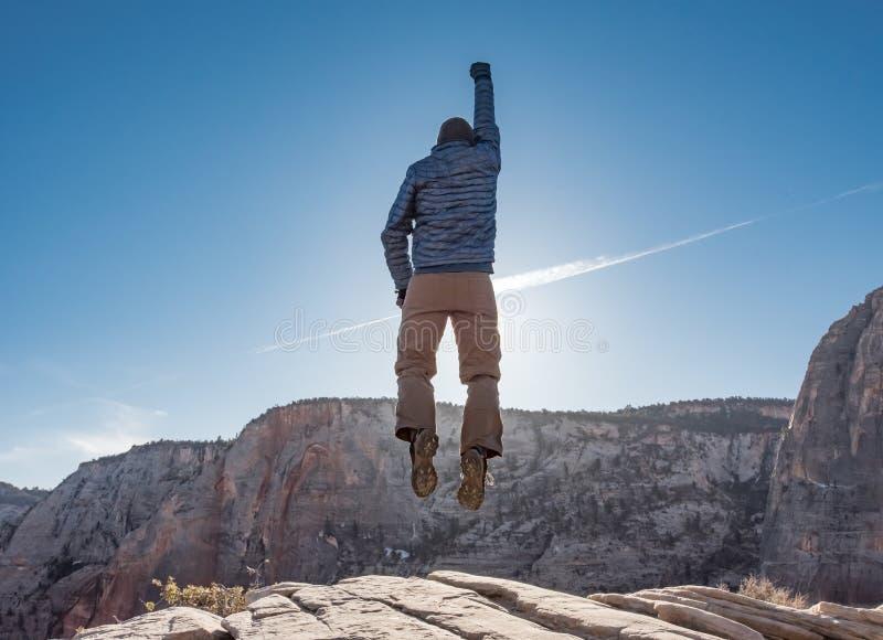 L'homme saute devant Sun sur le débarquement d'anges image stock