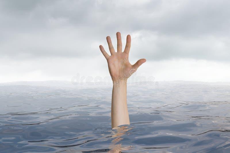 L'homme se noie dans l'océan Seulement la main est évidente photographie stock libre de droits