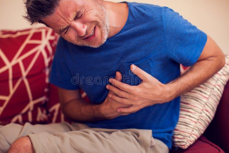 L'homme sent la douleur forte de coeur Concept de personnes, de soins de santé et de médecine image stock