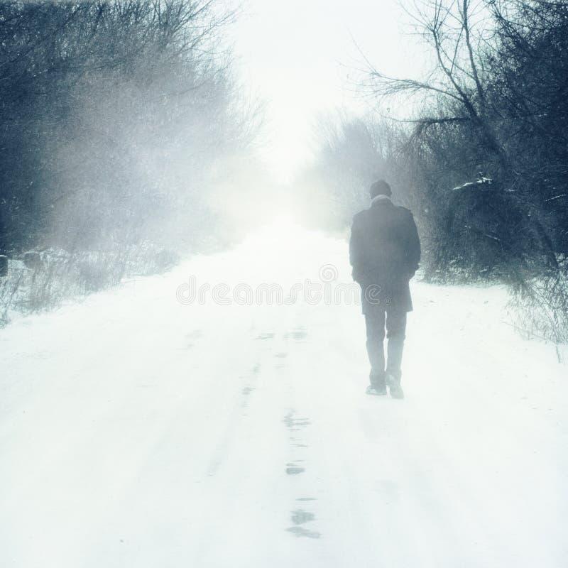 L'homme seul marche photographie stock libre de droits