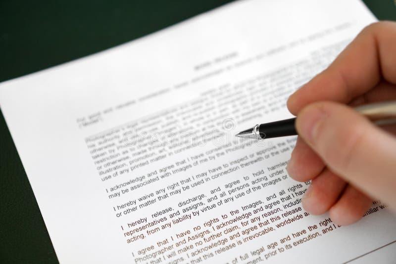 L'homme signe la libération modèle image libre de droits