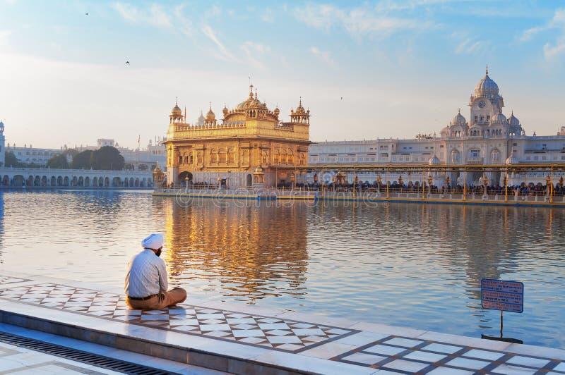 L'homme sikh prie dans le temple d'or amritsar l'Inde photographie stock