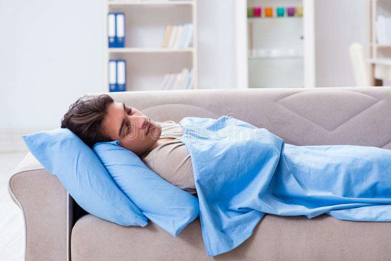 L'homme souffrant de l'insonmia dans le lit à la maison photos stock