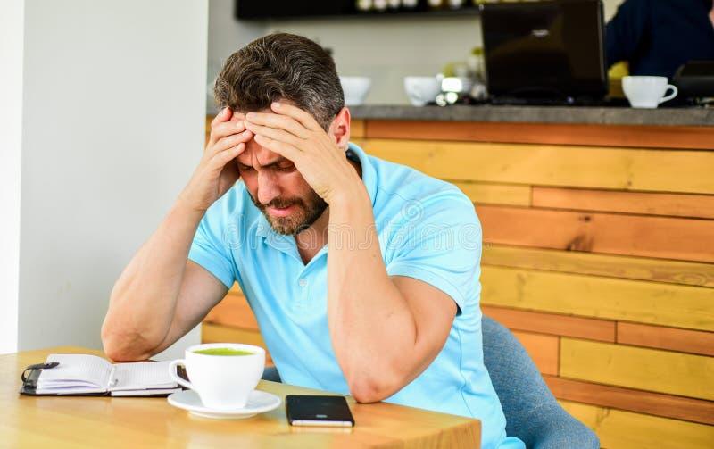L'homme souffre le mal de tête Prochaine inspiration du besoin d'idées de recherche de date-butoir Le visage désespéré déçu par h photos stock