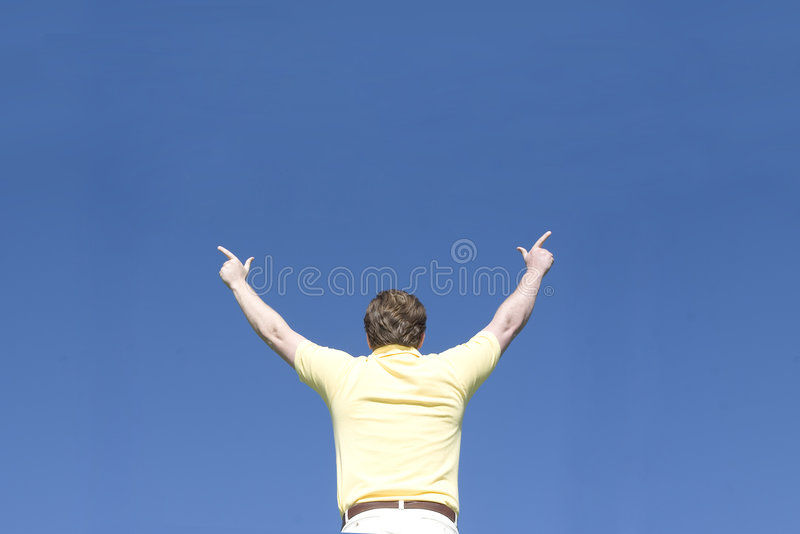 L'homme soulève des bras photo libre de droits