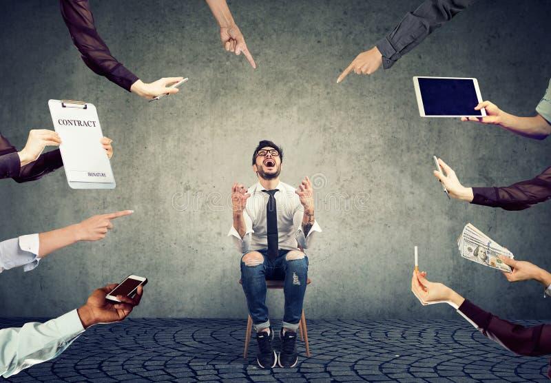 L'homme soumis à une contrainte d'affaires a fatigué de la vie d'entreprise occupée images stock