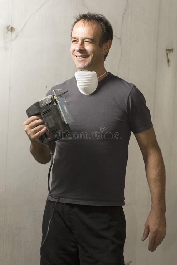 L'homme souriant avec a vu - la verticale image stock