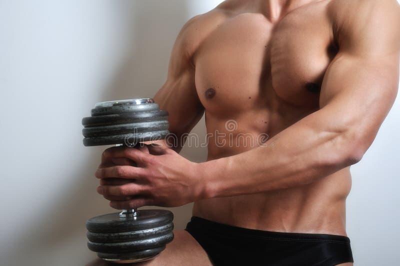 L'homme sportif avec six-emballent photo stock