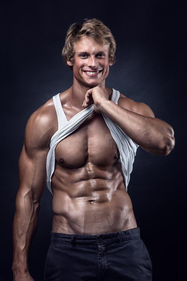L'homme sportif fort montre le corps et les muscles abdominaux photos libres de droits