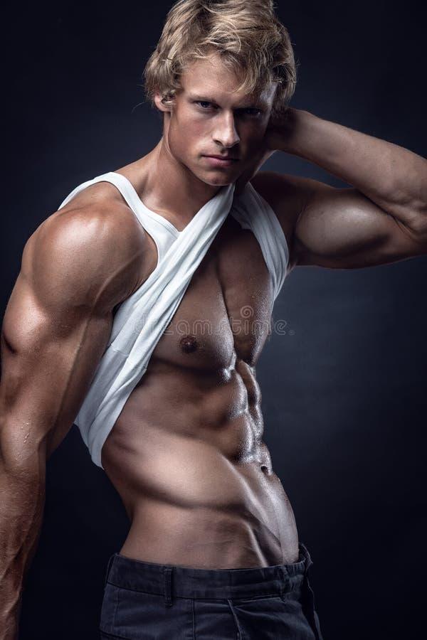 L'homme sportif fort montre le corps et les muscles abdominaux photographie stock