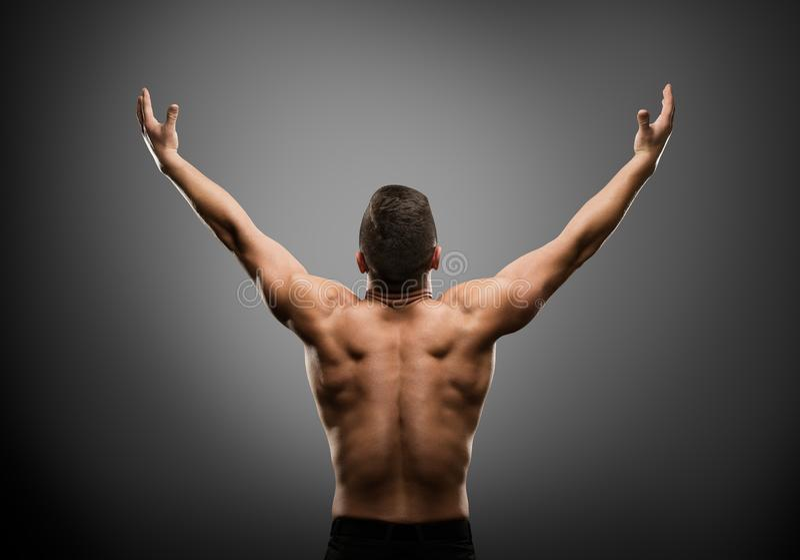 L'homme sportif a soulevé les bras ouverts, vue musculaire de Body Back Rear d'athlète images stock