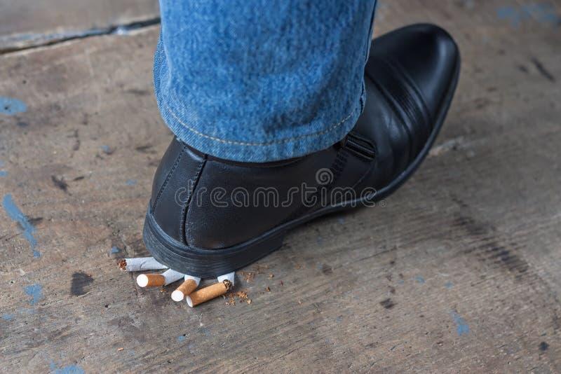 L'homme a stoppé le tabagisme images libres de droits